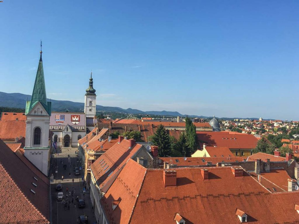 vista do alto da torre de lotstrack em zagreb para a igreja de sao marcos