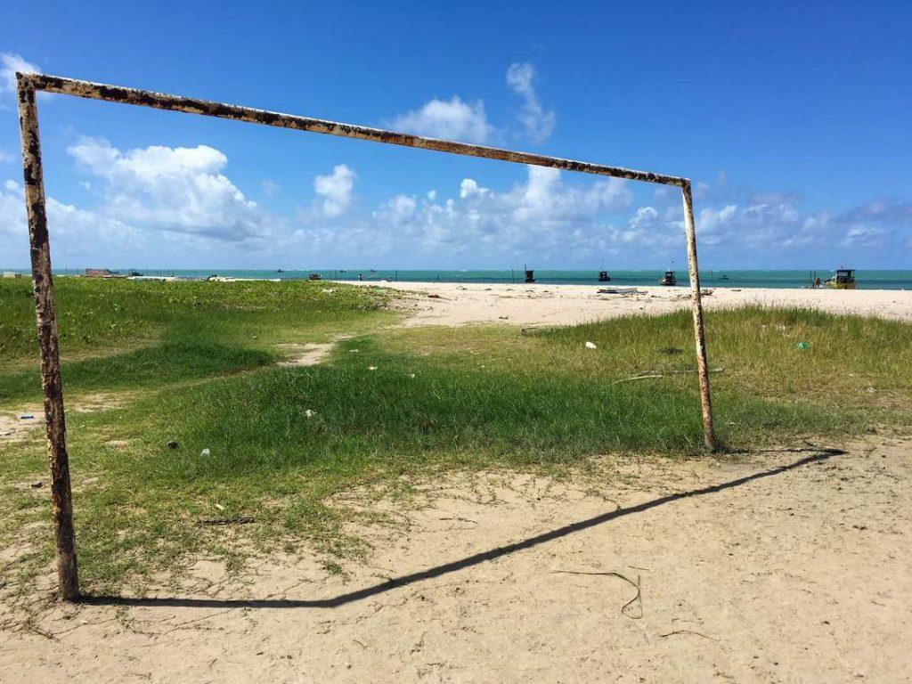 trave de futebol na praia de paripueira, em Alagoas