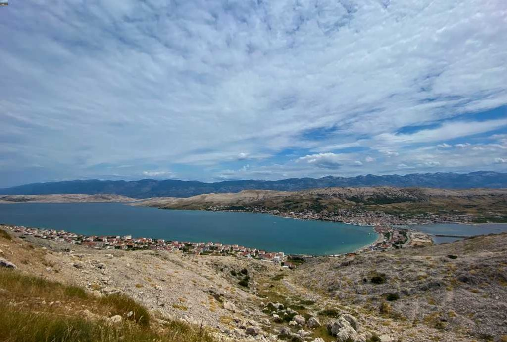 vista para o mar em Pag, uma das ilhas da croácia