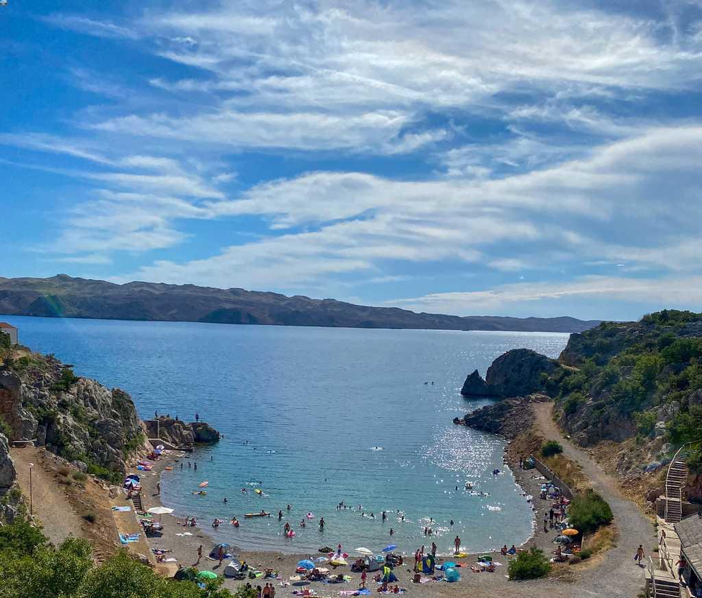 vista do alto da Tatinja beach, praia da Croácia